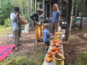 Un groupe examinant sa cueillette